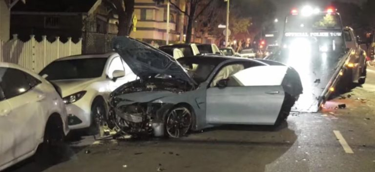 """Šokujúca nehoda. S BMW M4 """"preletela"""" kruhový objazd."""