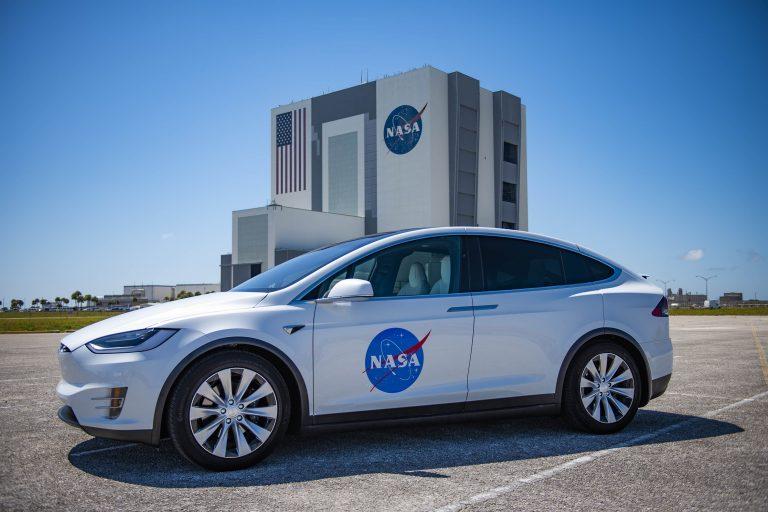 Tesla X ako shuttle pre Astronautov z modulu Crew Dragon