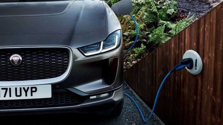 Jaguar uvažuje o produkcii elektrického sedanu, ktorý by bol konkurent pre Teslu Model 3